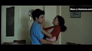 الأبن المراهق زبه يقف على جمال بزاز أمه المثيرة و ينيكها في الفندق